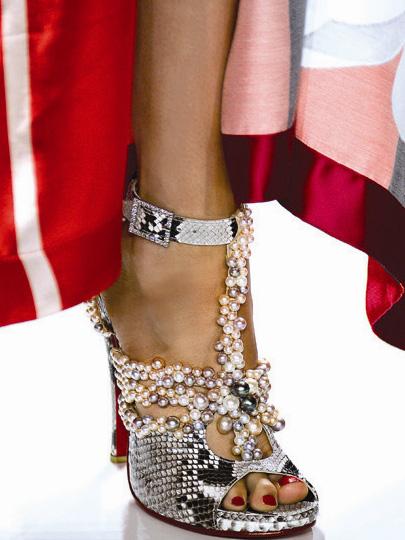Туфли украшенные речным жемчугом