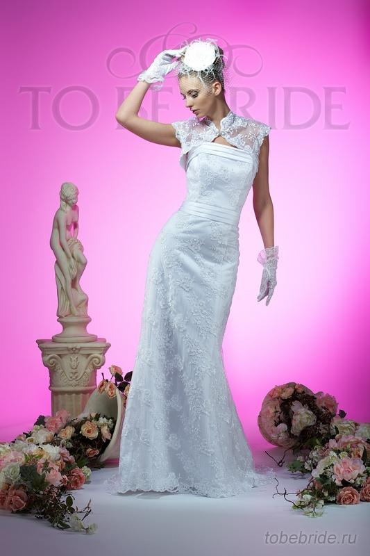 Элегантное свадебное платье приталенного силуэта из кружевного полотна...