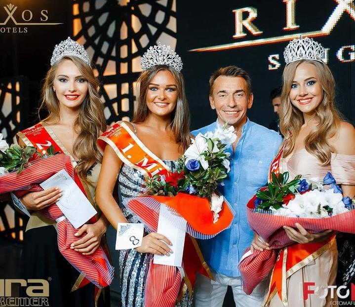 Организатор конкурса «Мисс Туризм» России Владимир Ильин с победительницами конкурса Miss Aura 2016