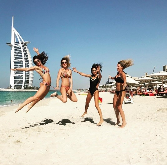 молодежь отрывается на пляже онлайн