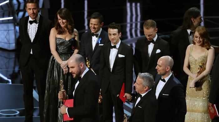 Работник церемонии «Оскар» перепутал конверты, фотографируя Эмму Стоун