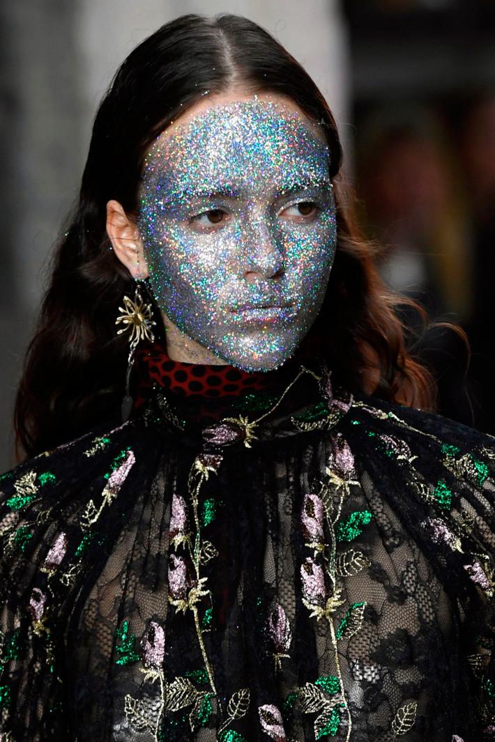 Тренд будущей осени: глиттерные маски, как на показе Giambattista Valli