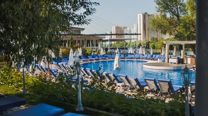 веранда и два бассейна в ShoreHouse