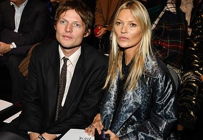 Фото: Кейт Мосс с бойфрендом-графом на Неделе моды в Париже