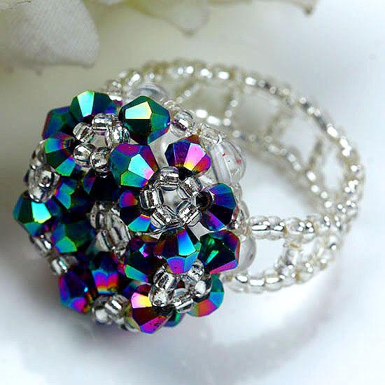 Кольцо из бисера и кристаллов