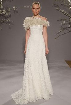 Свадебное платье, украшенное шелковыми листьями.