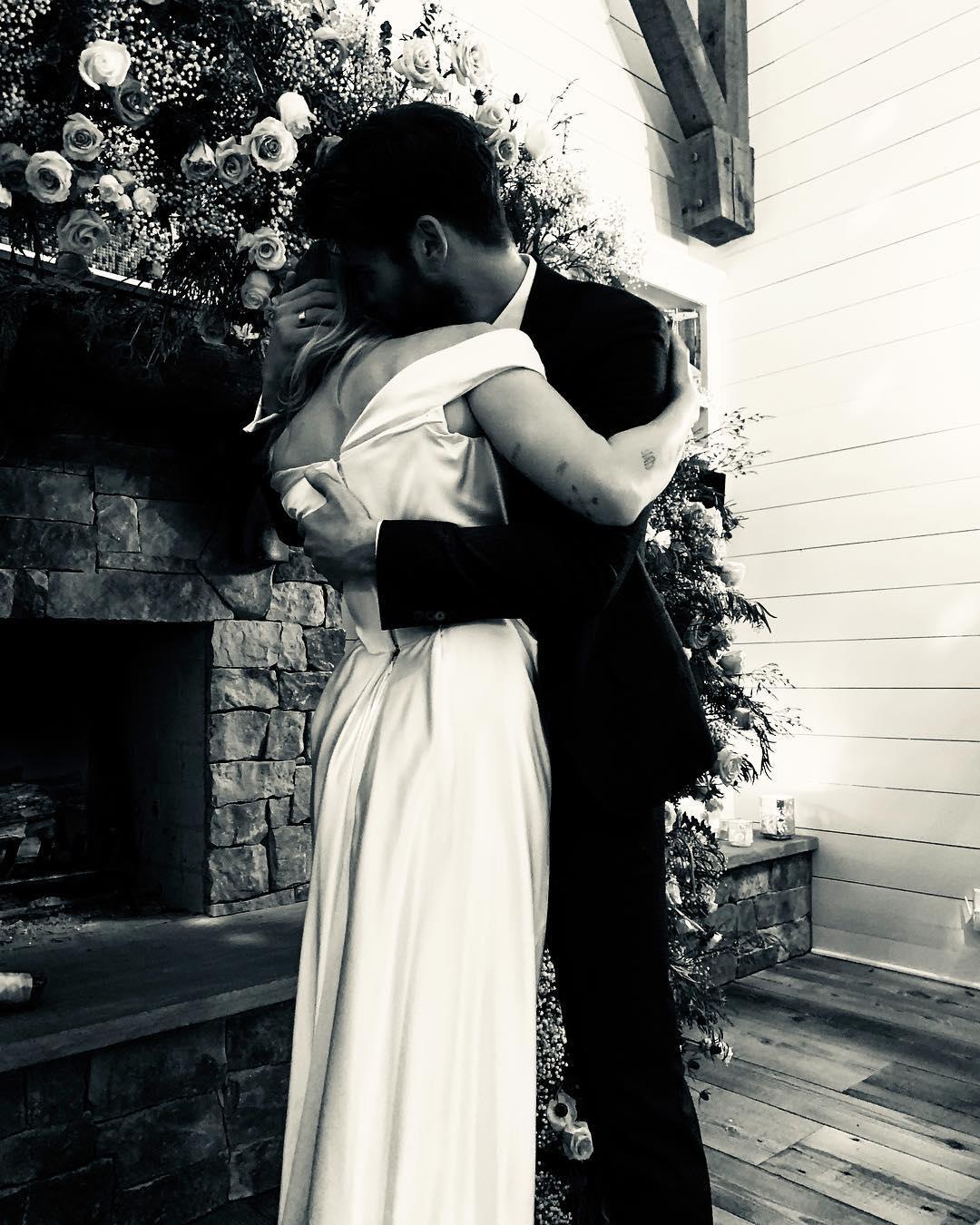 Фото: Майли Сайрус вышла замуж в платье Vivienne Westwood