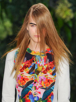 Модные прически весны 2012 преисполнены таинственностью.