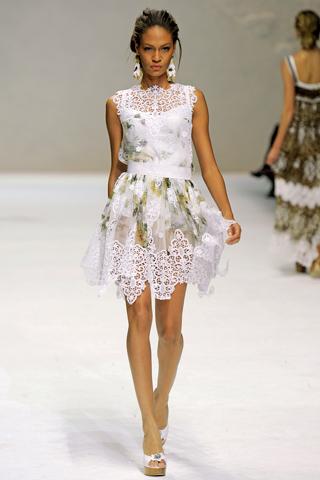 Актуальность определена на украшение платьев рюшами