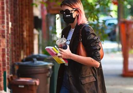 Фото: Кайя Гербер показывает, почему кожаный пиджак — лучшая инвестиция в осенний гардероб