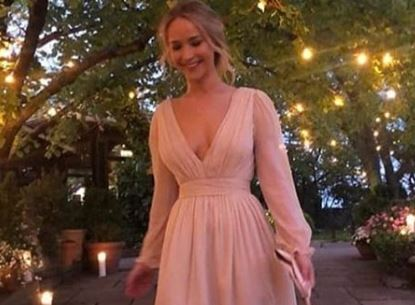Фото: Дженифер Лоуренс выбрала для помолвки платье с высоким разрезом