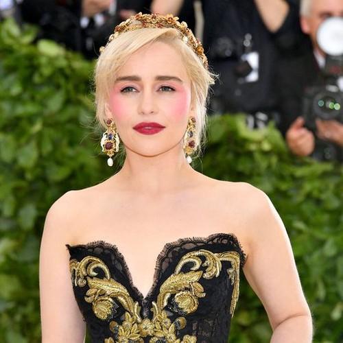 Met Gala 2018: Эмилия Кларк задает тренд на розовые румяна