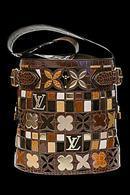 Дамская сумка, хоть и возникла из необходимости, сразу завоевала у...