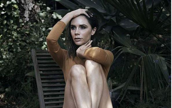 Фото: В самоизоляции Виктория Бекхэм позирует в гламурной шелковой пижаме