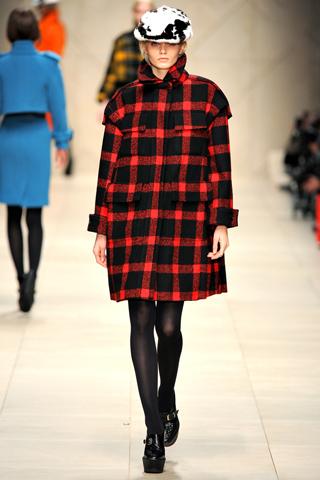 В новом сезоне модные пальто...  Традиционная клетка в сочетании с яркими цветами и мехом, создает удивительный образ...