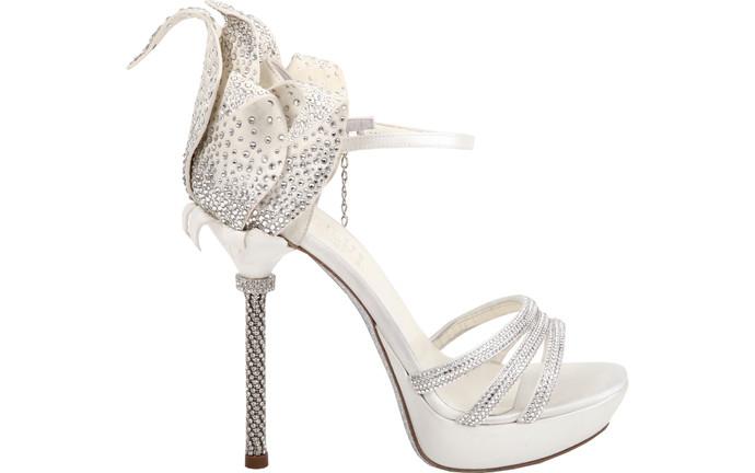 Изящные босоножки на шпильке Loriblu, возможно, станут обувью на один день, но когда еще кроме свадьбы вы сможете надеть такую сверкающую пару? Белые