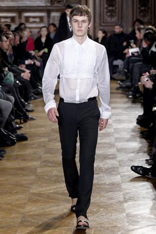Белая рубашка с манишкой Givenchy.