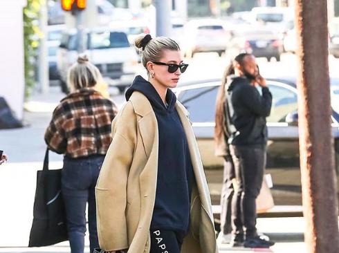 Фото: Еще один способ от Хейли Бибер, как носить классическое пальто