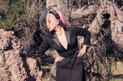 Фото: Гигантская брошь и траурная лента в прическе: выступление Леди Гаги