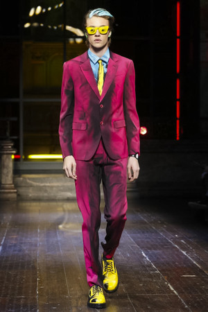 805f38cc699 Неделя мужской моды в Лондоне  Moschino весна-лето 2016