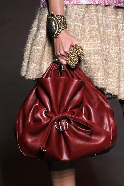 Яркие и сочные сумки позволят привнести в самый унылый гардероб веселый...