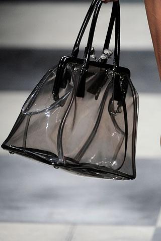1. В моду снова входят прозрачные пластиковые сумочки.