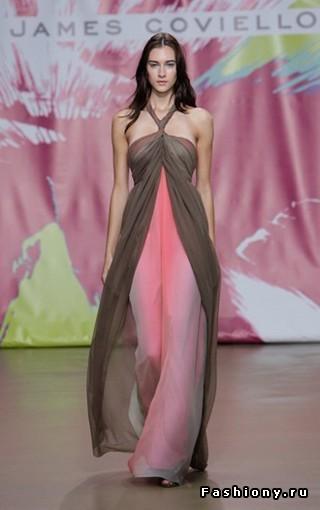 А это напоминает стиль туники как одежды из куска ткани и трех отверстий.
