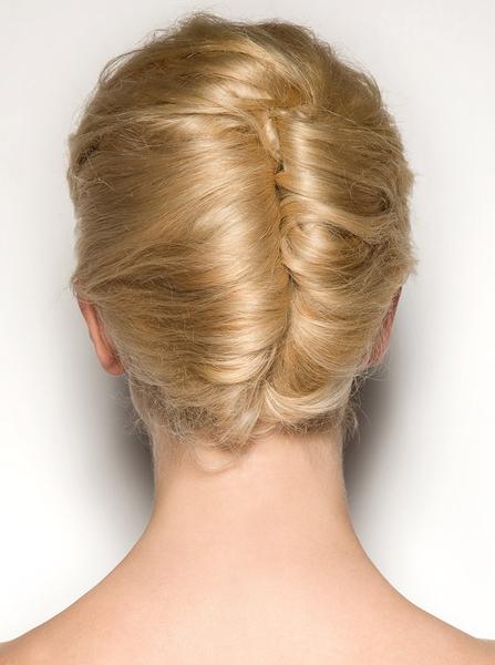 Волосы, зачесанные назад венцами, и скрученные в два французских твиста создают уникальный неповторимый...
