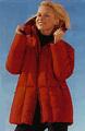Ярко-красный пуховик входит в моду Фото