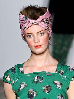 Модные прически весны 2012 немыслимы без аксессуаров для волос.