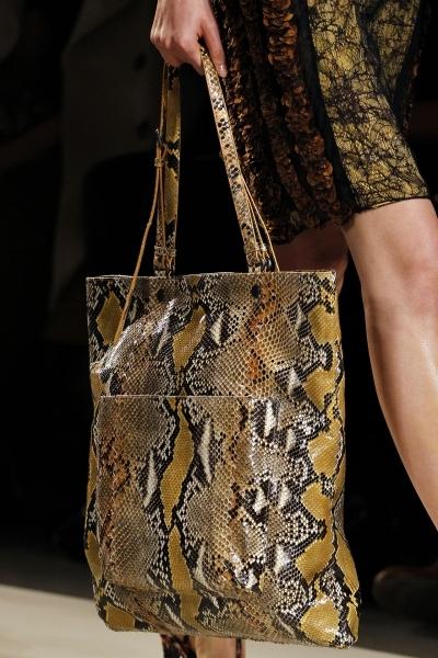 Аксессуары со змеиным принтом: обувь, сумки.